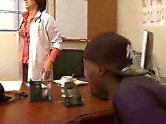 Доктор Juelz Вентура исследует черный член