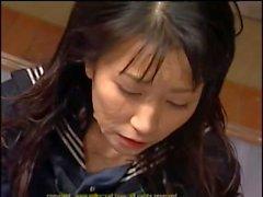 Brunette asiático ha su pelo empapado en esperma en una fiesta bukkake