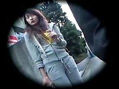 Süße japanische Babe verliert ihre Kleider und genießt eine intensive