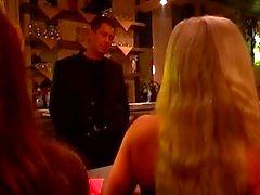 Horny guy contraint les deux des filles pour certaines scènes bdsm chaudes dans une barre