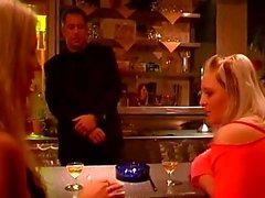 Chico caliente obliga a a dos chicas para algunas escenas bdsm en caliente en un bar