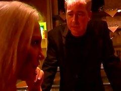 Azgın adam bir barda bazı sıcak bdsm sahneleri için iki kız zorlar