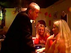 Notgeiler Kerl drückt beiden Mädels für einige heiße Szenen für BDSM in einem Stab