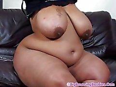 Shanice Big Bootie no sofá
