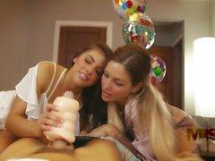 Stephanie et Step Maman souhaitent un anniversaire à Adriana Chechik Kissa Sins