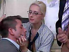 Босс повелительницы имеет бисексуалов секс втроем