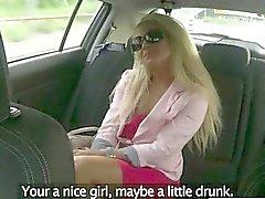 Cliente asno enorme fodido pelo falsa condutor no assento de trás
