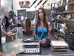 Naaras DJ myydään vartaloaan Panttilainaamokin osoittautuu