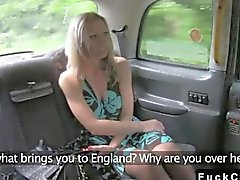 Blondes ergibt rimjob bei falschen dem Taxi