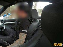 Finto Cop bionda dai grossi seni scopata nel faccia a pezzi recinto