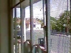 Do Flash e pornografia alto para passagem da menina por a porta um