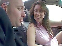 AMATEUR DE HOT 7 baisée dans un véhicule