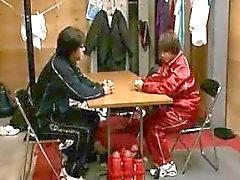 Después de que el partido de baloncesto, el entrenador comienza el acaparamiento de una obra de teatro