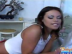 Naughty Babysitter Gia Jordan suce et se déplace sur d'une le patron de