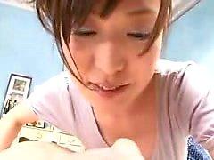 Tätowierte japanische Teenager moe Aiuchi gibt einen heißen POV Blowjob
