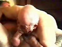 Vanha homo pappa imee kypsä mies .
