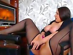 Une femme de magnifiques courbes se masturbe regardant un porno A