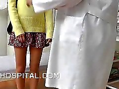 Skinny étudiant examen clinique sur Video Spy
