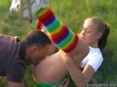 Girl fångster guy pissing