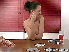 Chica morena sensual fume cigarrillos