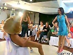 Thrilling di striptease del partito pollici verso la un'orgia per via orale