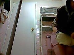 Tyttö kylpyhuoneessa 8