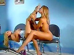 Blonde lezzies likken elkaars natte kut in schoenenwinkel