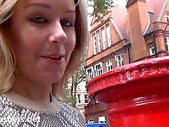 Sexy блондинка Эшли мигать Гонщики наружной эксгибиционизм