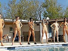 Six обнаженных девушек бассейном из Польша