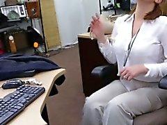 Pawnshop Kunden auf Hinterzimmer- Gesichtsbehandlung