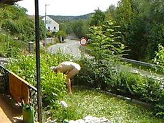Nudic arbeitet im Garten