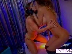 Lesbianas íntimas: Jessica Jaymes y Abigail mac se desnudan por ti