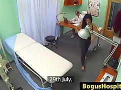 Aficionada Bigass atrapado en spycam follando doctor