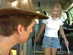 Adolescente perdido busca un viaje se hace abordar y luego jodida en el bus de