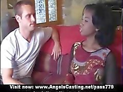 Onschuldige afro bruid in threesome doet blowjob voor twee geile kerels