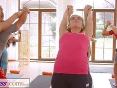FitnessRooms Gruplar yoga oturumu terli Creampie ile biter
