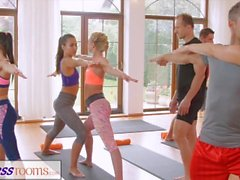 FitnessRooms ryhmien joogatunti lopussa on hikinen creampie