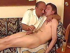 Bıyıklar bir adamlar horoz kapalı wanking ile Daddy