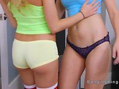 Лесбийские соседки танцы и облизывание