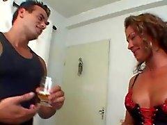Idyllisk solbränd kvinna som bedrar sin make