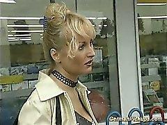 Deutsch Dame sich im Shop hob