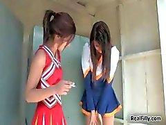 Twee super hete brunette tiener cheerleaders