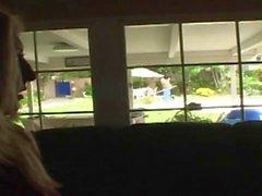 Kurvige Blondine verführt Pool-Reiniger ihr durch den Pool zu schlagen