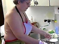 Bei OmaPass Granny masturbieren behaarte Pussy Anwendung Dildo und Gurken