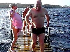 Durchschnittlichen Tages Dänemark - Toplesses in den See