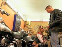 Daria Glower deixa um gajo do motociclista permanecer em sua garagem para um selvagem Blowjob