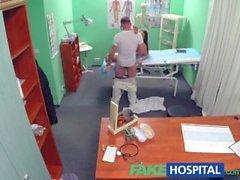 Nuoren lääkärin kohoaa iso näkyvyyden kuumaa potilaaseen