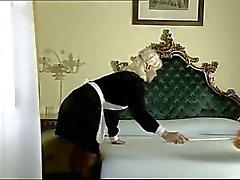 Italienska Maid tar två tuppar med hennes hål ( Camaster )