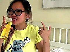 Грудастая азиатских подростковой подросток получает смазанный выше массажем