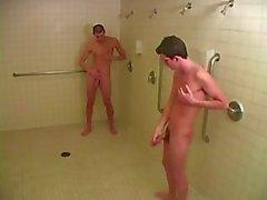 Kaksi kiimainen nuori homo pojat suihkuun ottaa kuuma suihin